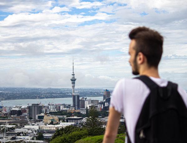 Pierre qui regarde la ville d'Auckland