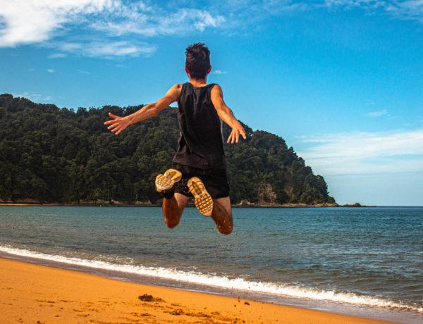 Pierre Bouyer saute sur la plage en Nouvelle Zélande