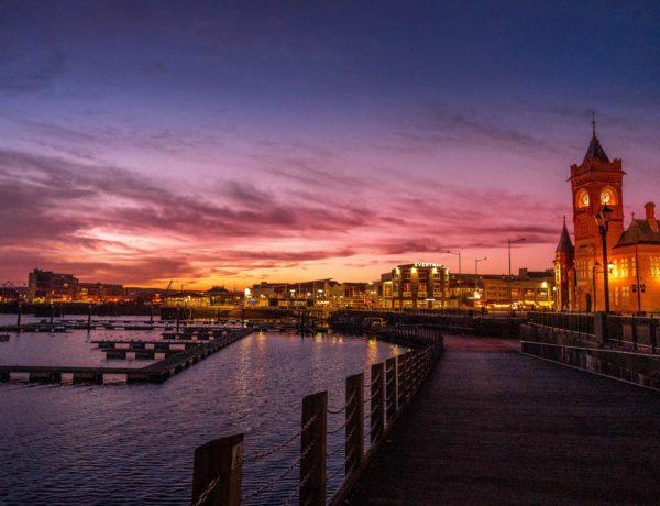 Cardiff bay à la tombée de la nuit