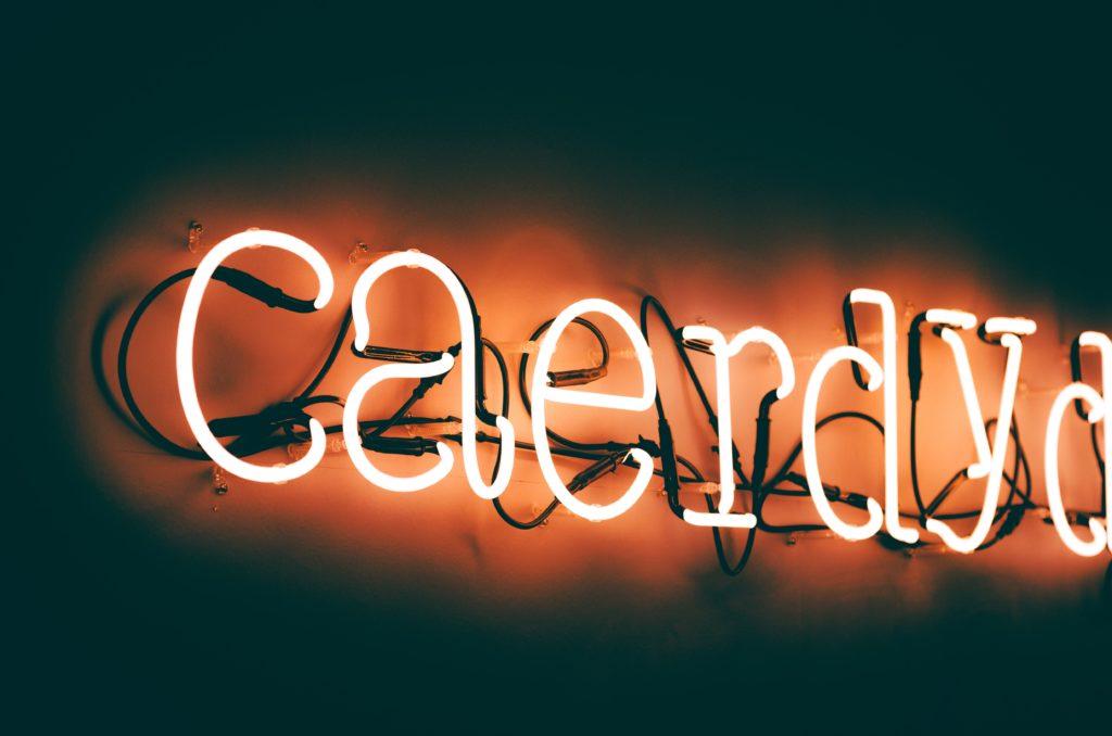 Cardiff de nuit avec ses néons